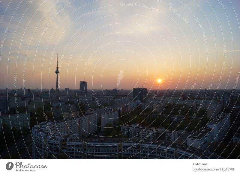 Über den Dächern Stadt Hauptstadt Stadtzentrum Haus Bauwerk Gebäude Sehenswürdigkeit Wahrzeichen Ferne groß Unendlichkeit Berlin Berliner Fernsehturm Farbfoto