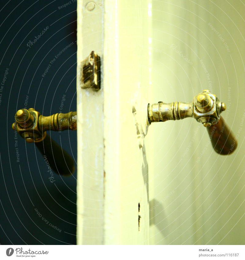 dunkel vs. hell alt Holz Tür kaputt streichen fangen Burg oder Schloss positiv Schlüssel Erwartung Griff schließen Isolierung (Material) drücken