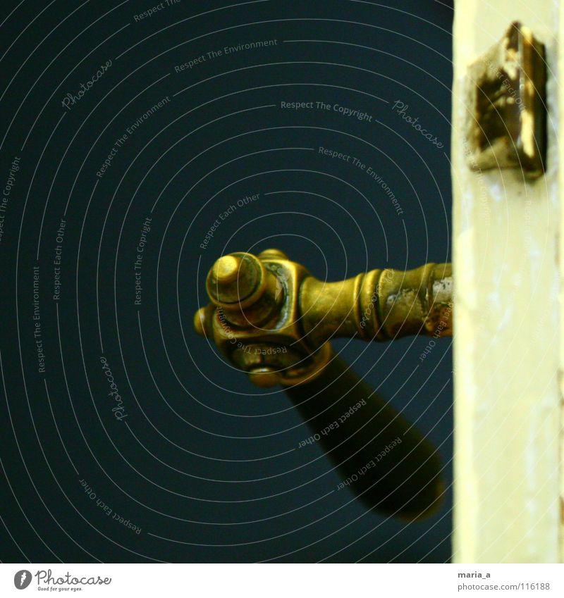 wer kommt denn da? schließen Griff aufmachen drücken Schlüsselloch Altbau Holz Holztür kaputt dunkel Erwartung abrupt hell positiv ungewiss Besucher Angst Panik
