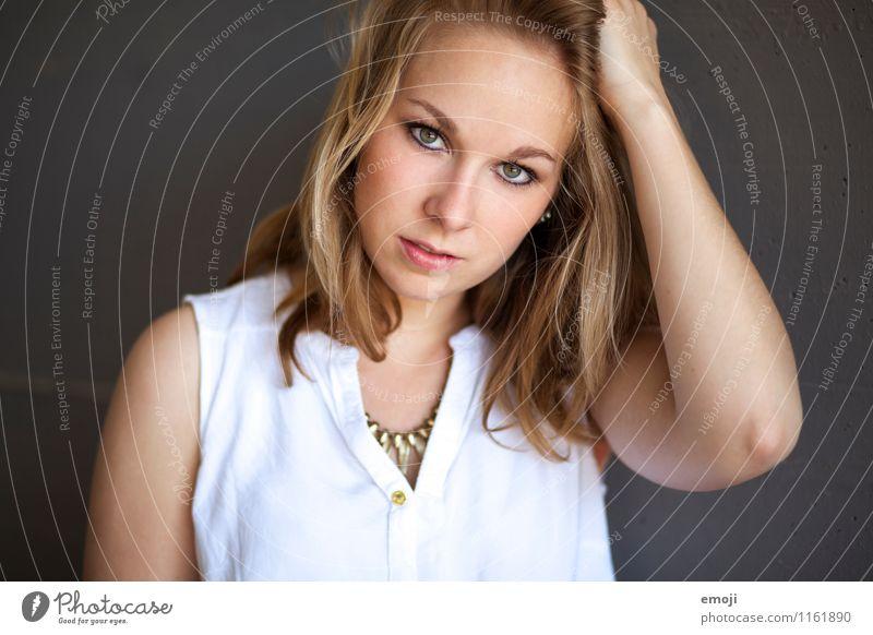 golden feminin Junge Frau Jugendliche Gesicht 1 Mensch 18-30 Jahre Erwachsene schön Farbfoto Außenaufnahme Hintergrund neutral Tag Schwache Tiefenschärfe
