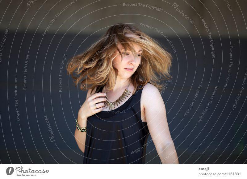 turn feminin Junge Frau Jugendliche Haare & Frisuren 1 Mensch 18-30 Jahre Erwachsene trendy schön drehen Headbangen Farbfoto Außenaufnahme Hintergrund neutral