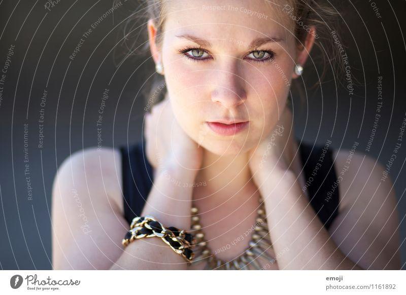 close-up feminin Junge Frau Jugendliche Gesicht 1 Mensch 18-30 Jahre Erwachsene Coolness schön ernst frontal Farbfoto Außenaufnahme Nahaufnahme Tag
