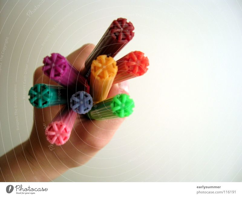 Stiftehalter Basteln Hand Finger Kunst Schreibwaren Schreibstift festhalten blau gelb grün violett rosa rot Farbe Kreativität türkis Filzstift orange Kindheit