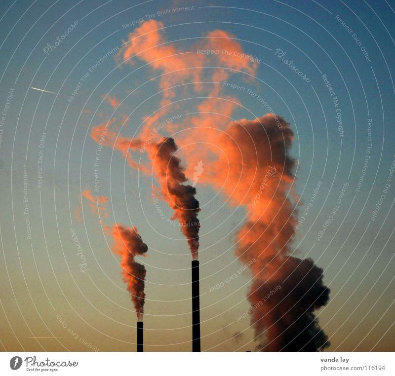 Frischluftnot und Abendrot II Himmel blau rot Umwelt Luft rosa dreckig Klima Energiewirtschaft Turm Industrie Schönes Wetter brennen Abenddämmerung Schornstein Abgas