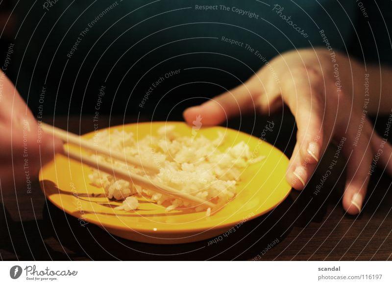rice in the evening... Frau blau Ernährung gelb Holz braun Essen Finger Asien China genießen Diät Fingernagel Nagel Reis Sushi