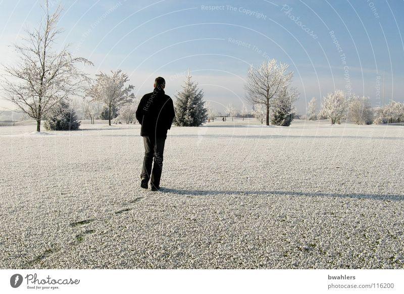 Winterspaziergang Mann schön Himmel weiß Baum Einsamkeit kalt Schnee Landschaft Eis laufen Spuren Raureif Ravensburg