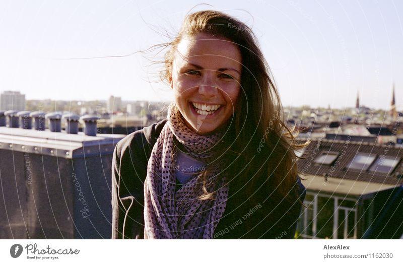 Mimi Maier auf dem Dach in St. Pauli Jugendliche Stadt schön Sommer Junge Frau Sonne Landschaft 18-30 Jahre Erwachsene Gesicht natürlich Glück lachen frei