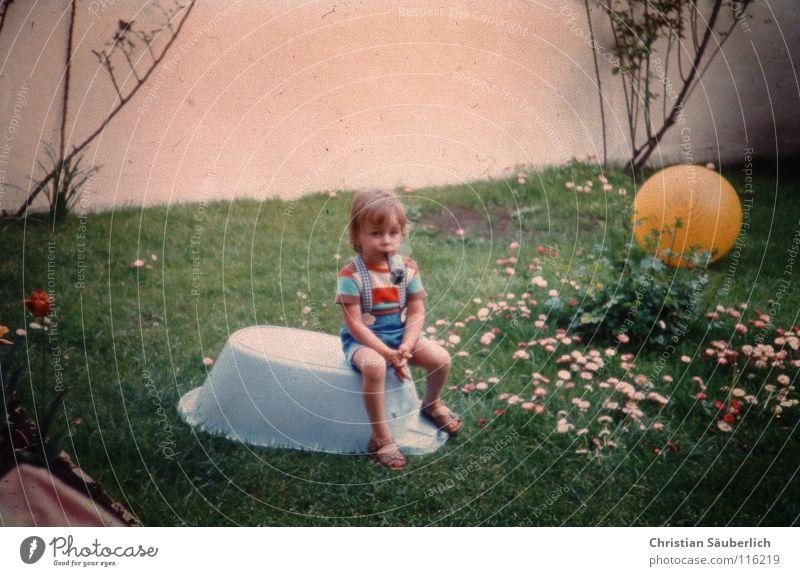Sherlock Holmes Kind blau weiß grün Blume gelb Wiese Wand Garten sitzen gefährlich retro Rose Badewanne Rauchen Rasen