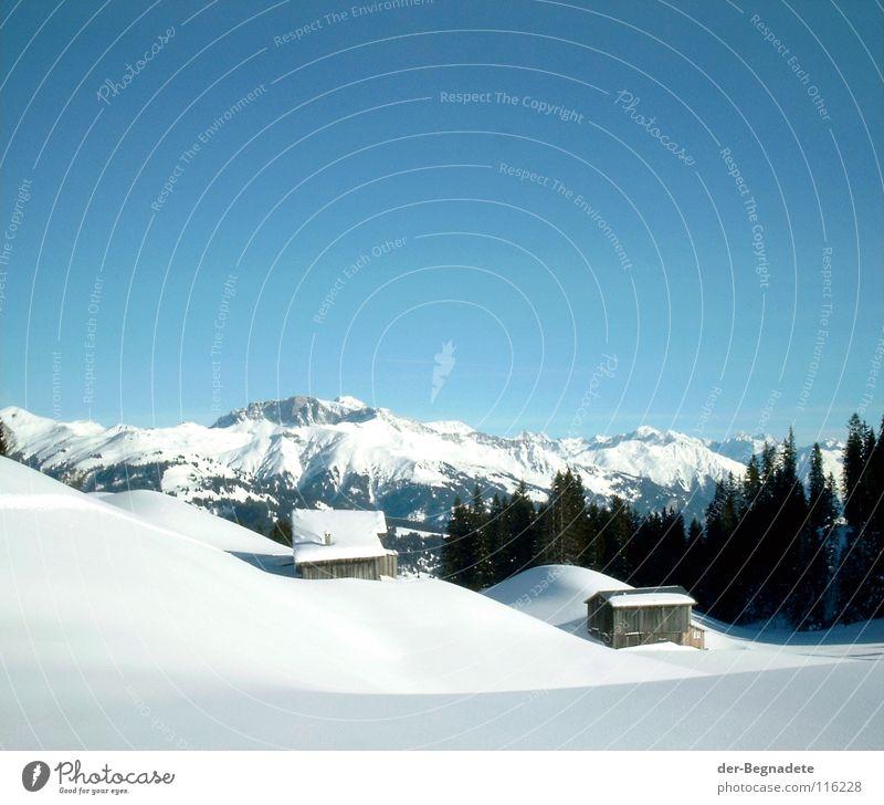 Bergidylle V Winter Februar kalt Neuschnee Winterurlaub Schneewandern Kanton Graubünden Schweiz weiß Schneewehe Holzhütte Berghütte Dach braun Schönes Wetter