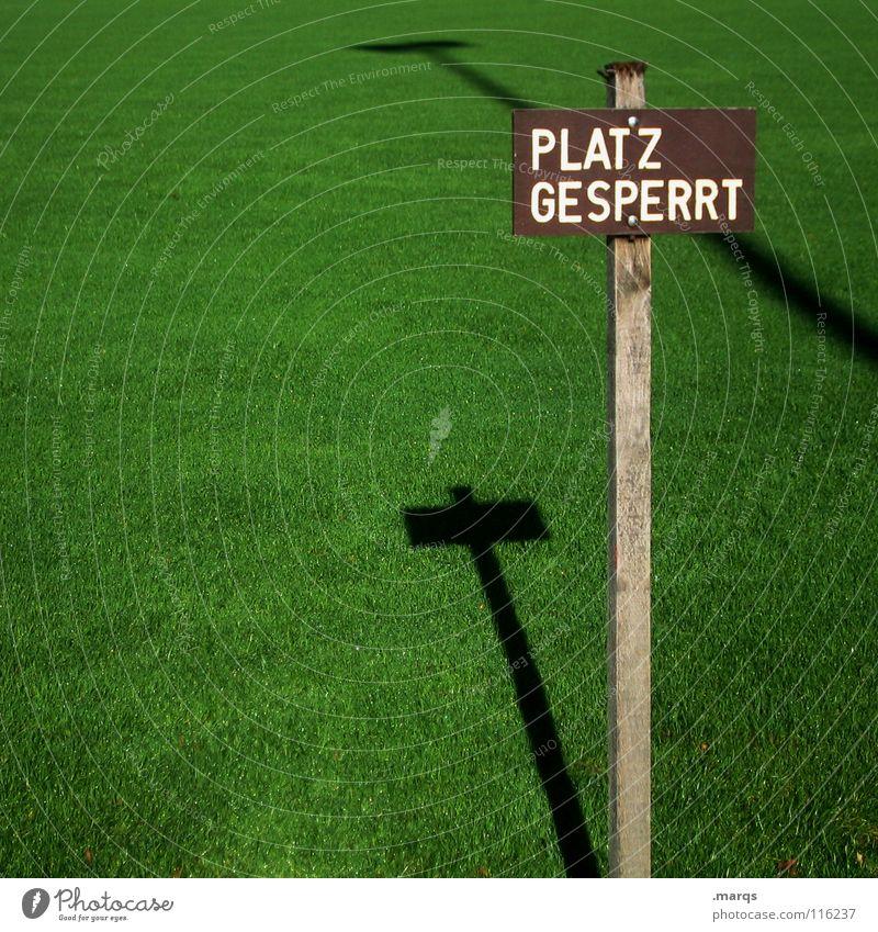 Restrictive Gras Wiese saftig grün Frühling Sommer Schatten Verbote Platz gesperrt Sportplatz Fußballplatz Hinweisschild Rasen Schilder & Markierungen knausern