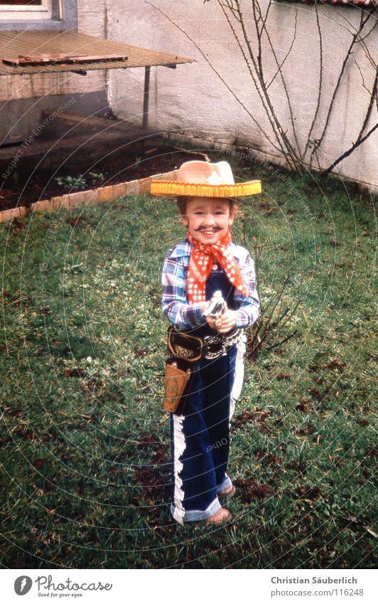 Young Gun Kind grün Gras Garten lachen Fröhlichkeit Karneval Gewalt Kultur Kleinkind Held Waffe Cowboy Pistole Western Oberlippenbart
