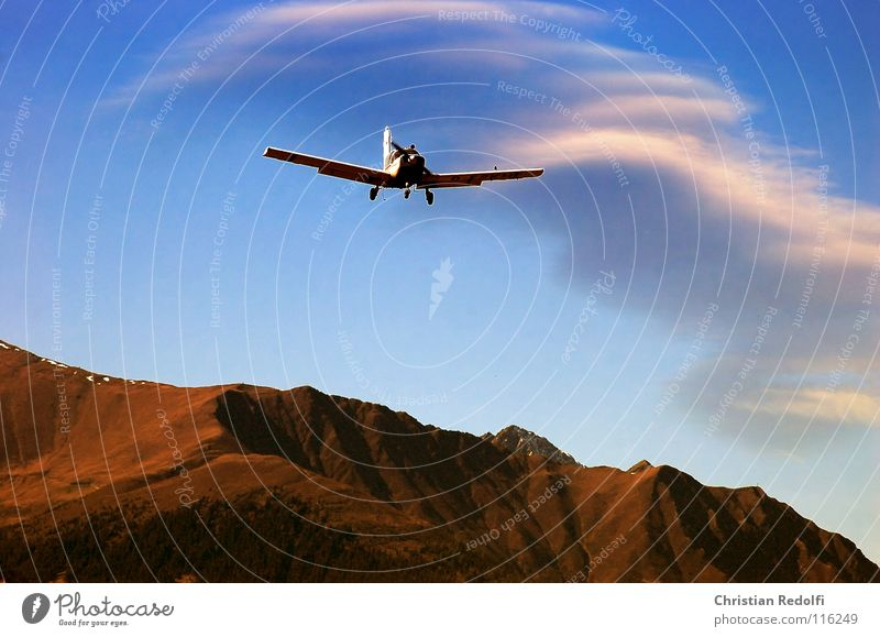 Flugzeug Fluggerät Wolken Flughafen Herbst Motorsport fliegen Luftverkehr Himmel Flugzeuglandung Berge u. Gebirge Ferien & Urlaub & Reisen