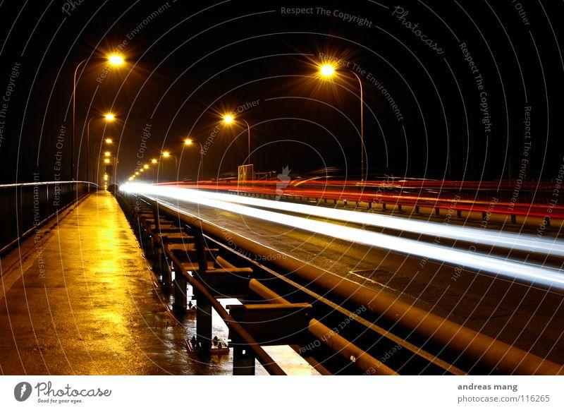 Die Brücke Nacht dunkel Licht Lampe Langzeitbelichtung Straßenbeleuchtung Strahlung Leitplanke Geschwindigkeit Beleuchtung Verkehr nass feucht Feierabend Ferne