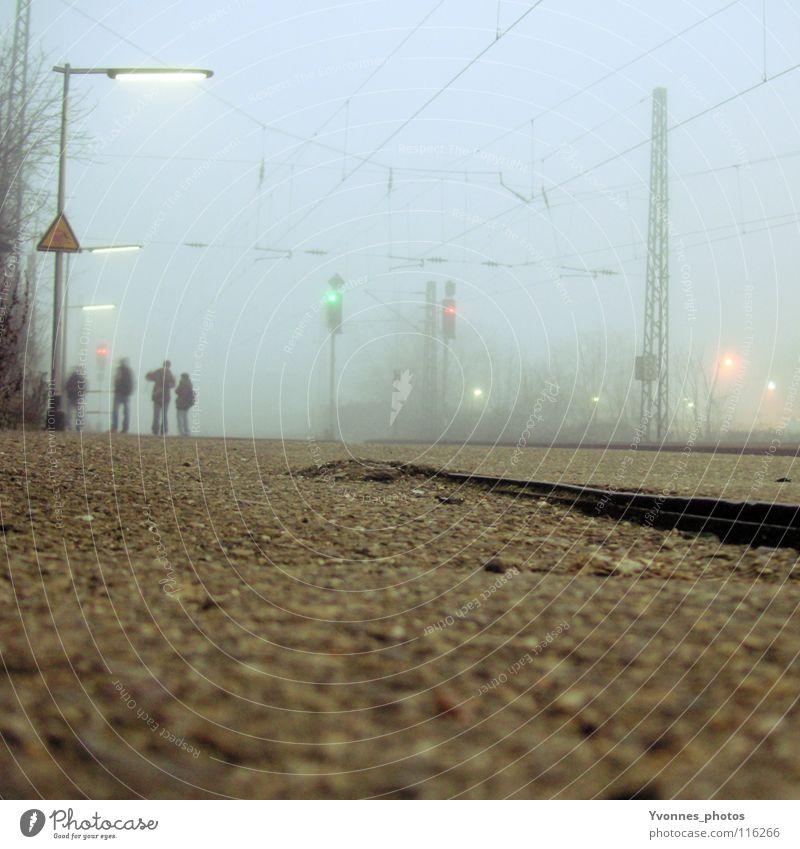 Pendleralltag II Mensch alt blau Freude Winter Ferien & Urlaub & Reisen Einsamkeit Ferne kalt Menschengruppe warten Nebel Zeit Eisenbahn Treppe fahren