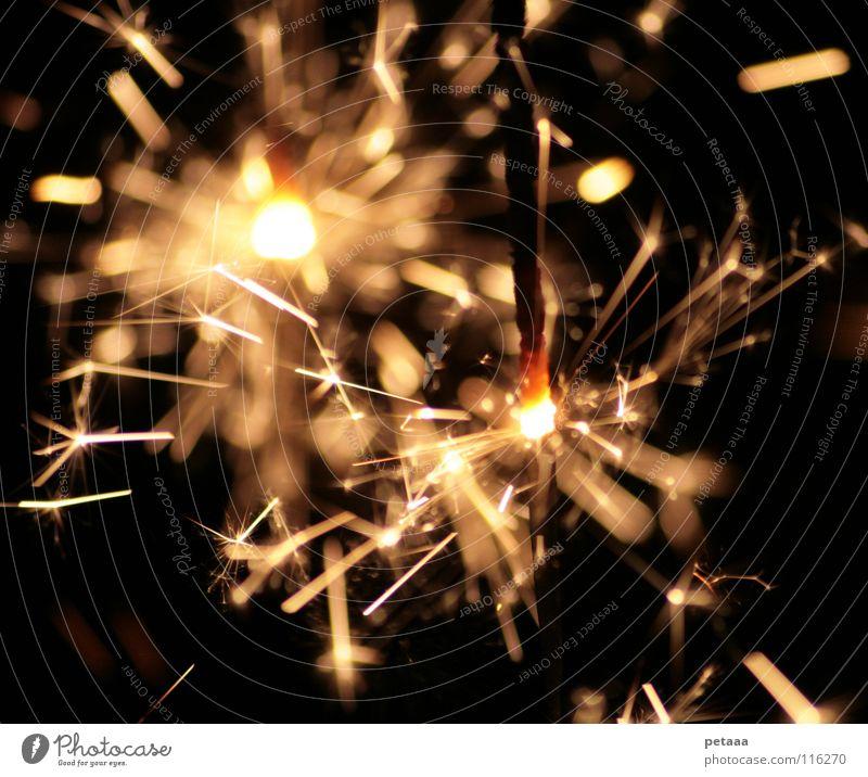 Funkenregen II Weihnachten & Advent Freude schwarz gelb Lampe dunkel Party hell Feste & Feiern glänzend Brand Feuer Silvester u. Neujahr Feuerwerk brennen glühen