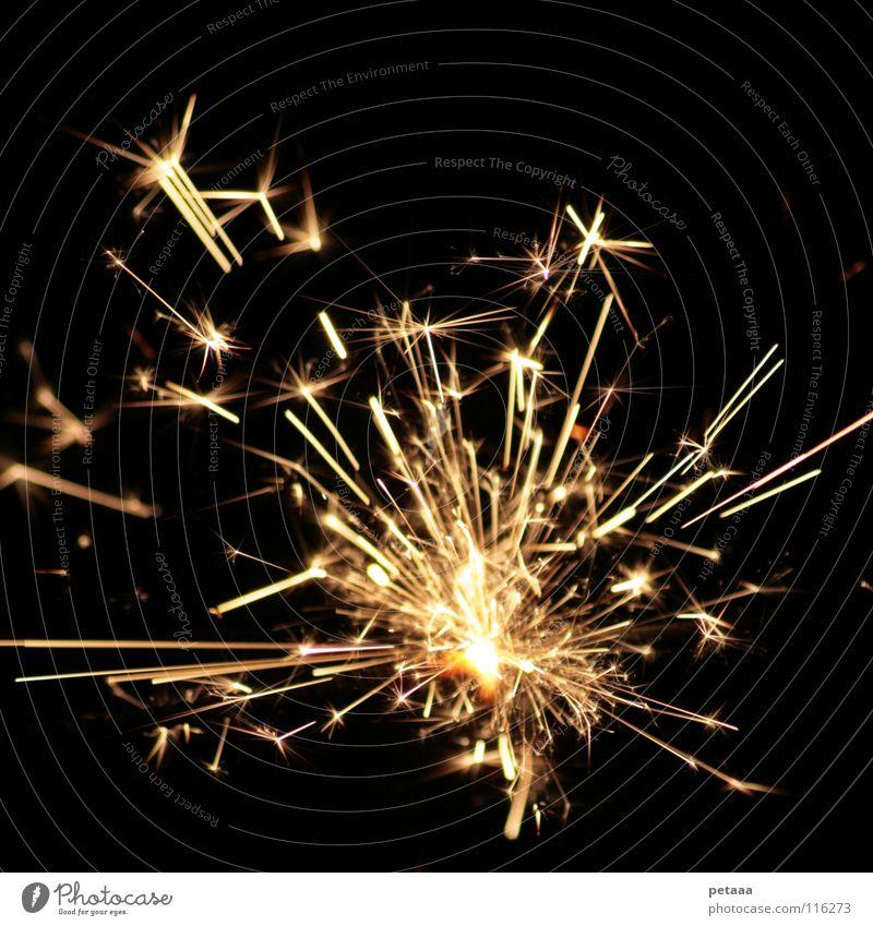 Funkenregen III Wunderkerze brennen glühen schwarz gelb dunkel Silvester u. Neujahr Party Freude Feuerwerk Brand glänzend Lampe hell Weihnachten & Advent