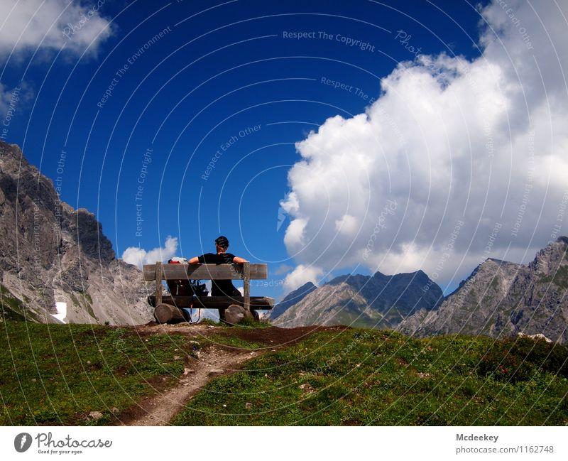 Verschnaufspause Mensch Himmel Natur Jugendliche blau Pflanze grün Sommer weiß Blume Landschaft Junger Mann Wolken 18-30 Jahre schwarz Erwachsene