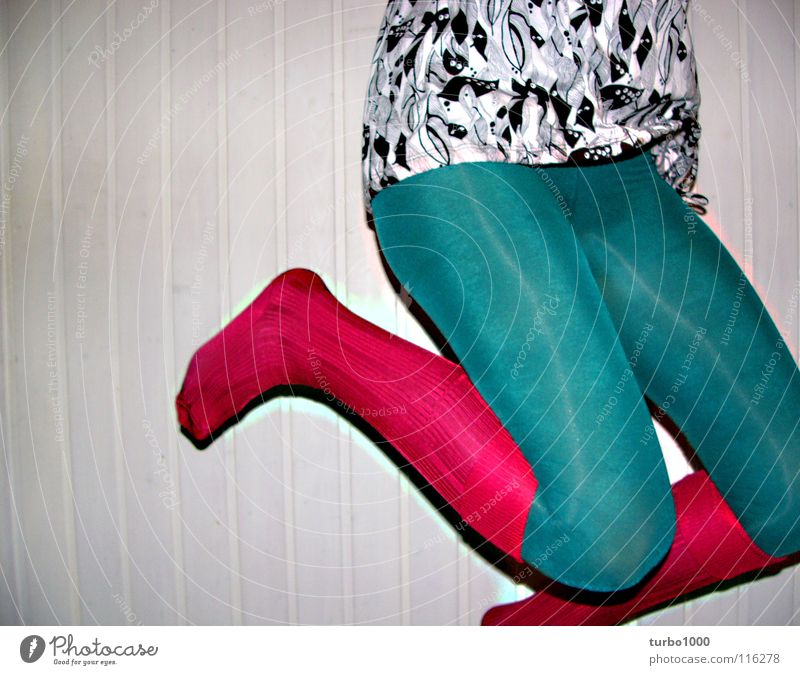 hoppdiwoppdi Frau Jugendliche grün Freude springen Stil Beine rosa Bekleidung modern dünn trashig Strumpfhose trendy hüpfen