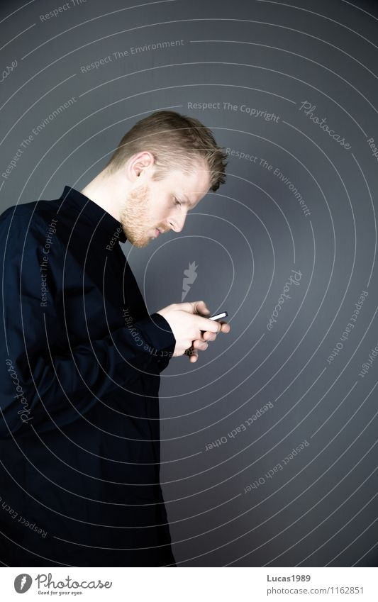 gesenkter Kopf Mensch Jugendliche Mann Junger Mann 18-30 Jahre schwarz Erwachsene sprechen Stil Lifestyle maskulin elegant Telekommunikation Telefon schreiben