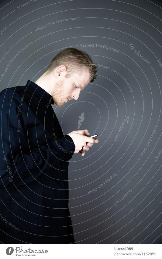 gesenkter Kopf Mensch Jugendliche Mann Junger Mann 18-30 Jahre schwarz Erwachsene sprechen Stil Lifestyle maskulin elegant Telekommunikation Telefon schreiben Netz