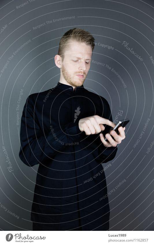 Nerd? Mensch Jugendliche Mann Junger Mann 18-30 Jahre schwarz Erwachsene maskulin Business elegant Erfolg Technik & Technologie Kommunizieren Telekommunikation Coolness schreiben