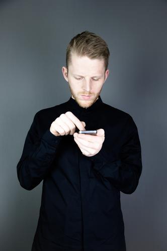 die Ein-Finger-Tipp-Methode Mensch Jugendliche Mann Junger Mann ruhig 18-30 Jahre schwarz Erwachsene maskulin Business Telekommunikation einzigartig retro