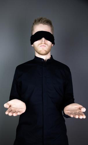 Justitia Mensch Jugendliche Mann Hand Junger Mann ruhig 18-30 Jahre schwarz Erwachsene maskulin Business Zufriedenheit Macht Gelassenheit Vertrauen Hemd