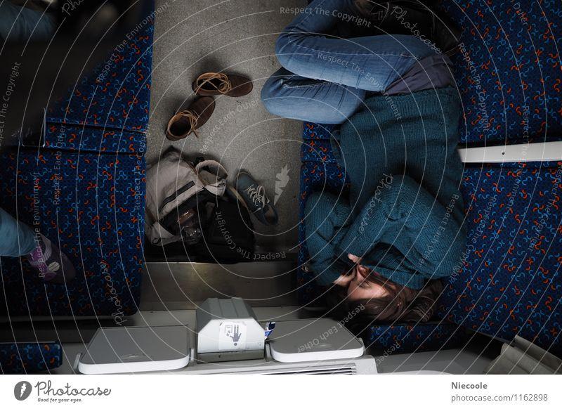 Nina schläft im Zug Mensch Ferien & Urlaub & Reisen Jugendliche blau Junge Frau 18-30 Jahre Ferne Erwachsene Traurigkeit feminin Zeit Stimmung Körper Schuhe