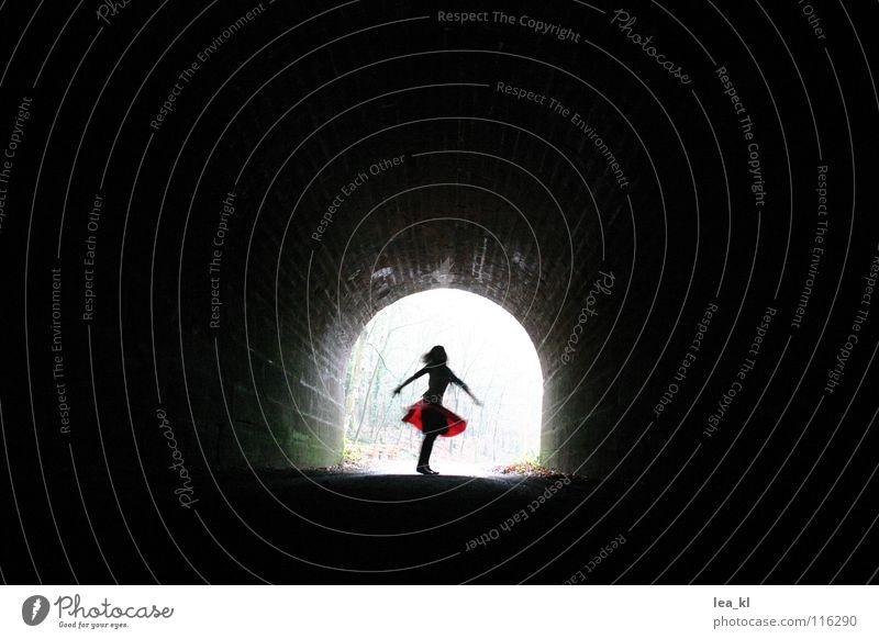 Schattentanz Silhouette Hoffnung Tunnel Mädchen drehen Drehung Licht dunkel Freude Tanzen Bewegung Leben frohsinn fliegen
