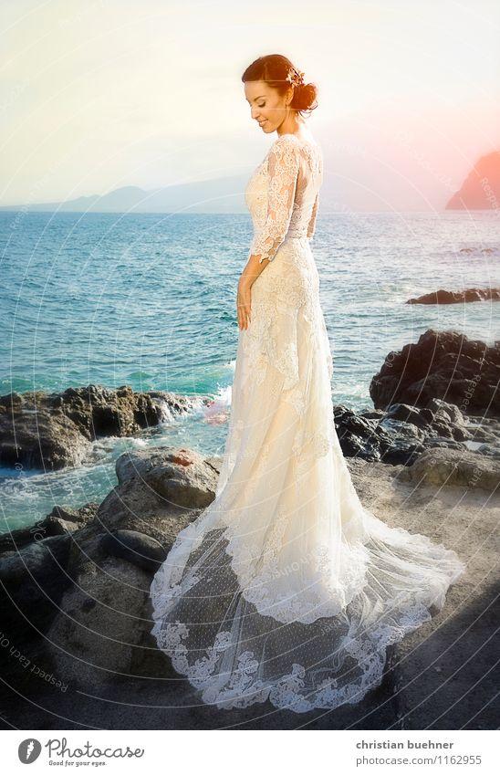 Hochzeit am Meer schön Freude Ferne Strand Liebe Gefühle Glück Mode Horizont träumen leuchten elegant stehen Lächeln Lebensfreude