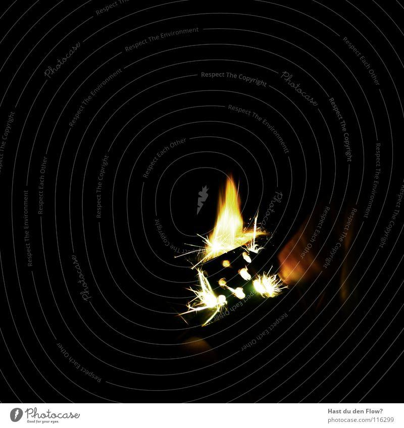 feuer gezeugs dunkel Brand Finger Licht schwarz Feuerzeug Blitze brennen heiß Hölle Rauchen anzünden Zigarre Tabak kultig Licht im Dunkeln Benzin aufklappen