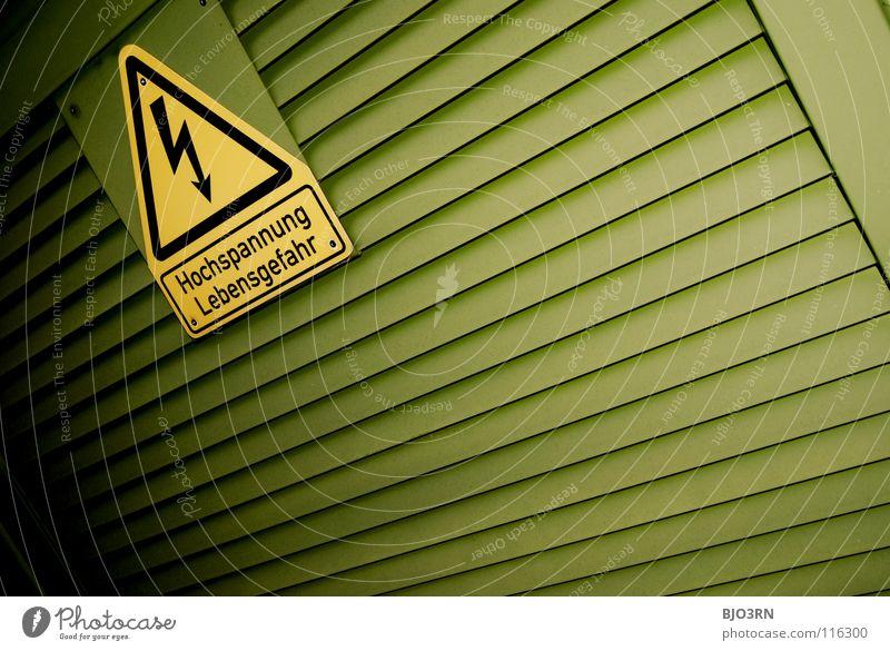 unter strom grün gelb Schilder & Markierungen Energiewirtschaft Elektrizität gefährlich bedrohlich Blitze Hinweisschild Symbole & Metaphern Warnhinweis