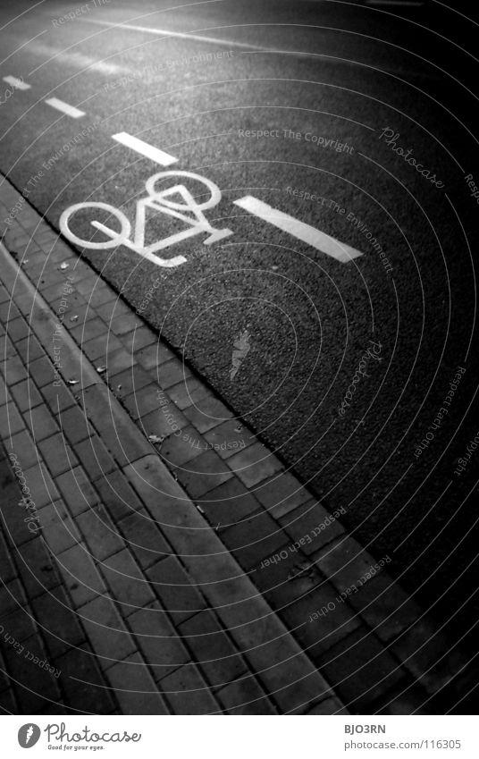 auch flachgelegt ;) Beton Nacht graphisch weiß dunkel Fahrradweg Logo Bordsteinkante Nachtaufnahme Hochformat vertikal pflastern Alltagsfotografie Verkehr