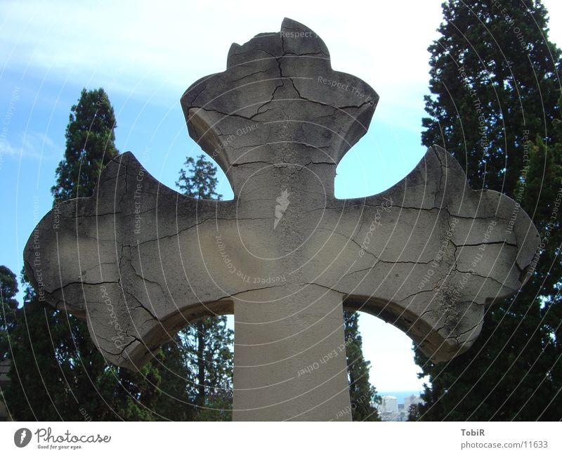Kreuz alt Tod Beton Rücken Trauer Dinge Barcelona Friedhof Grab