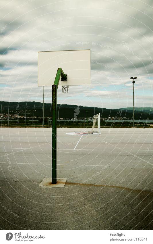 spielplatz Sommer Freude Einsamkeit Wolken Haus Sport Spielen Bewegung Linie Feld frei leer Ball Netz Tor werfen