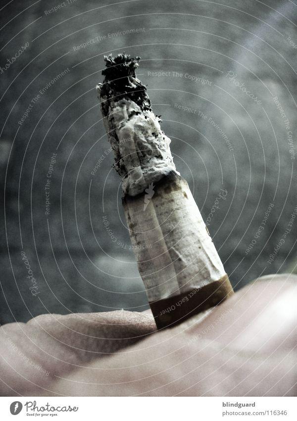 Vorsätzlich Finger festhalten brennen Glut ungesund Laster Zigarettenasche Nikotin Zigarette Genusssucht haltend Zigarettenstummel Filterzigarette Lungenerkrankung