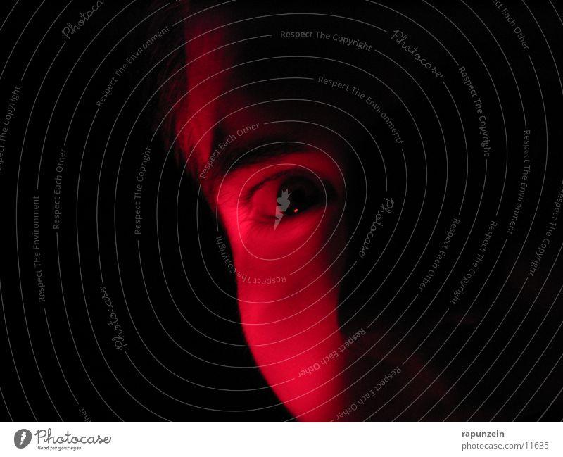 Rote Blicke Mann Auge dunkel Ampel Pupille