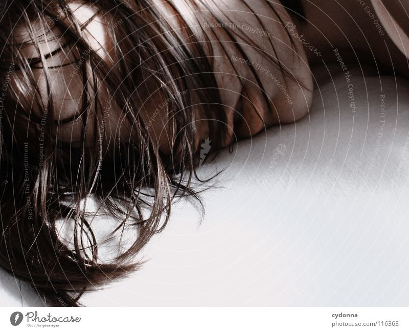 SchlafROCK Frau schön Porträt geheimnisvoll schwarz bleich Lippen Stil lieblich Selbstportrait Gefühle Schwäche feminin Lichteinfall Geistesabwesend