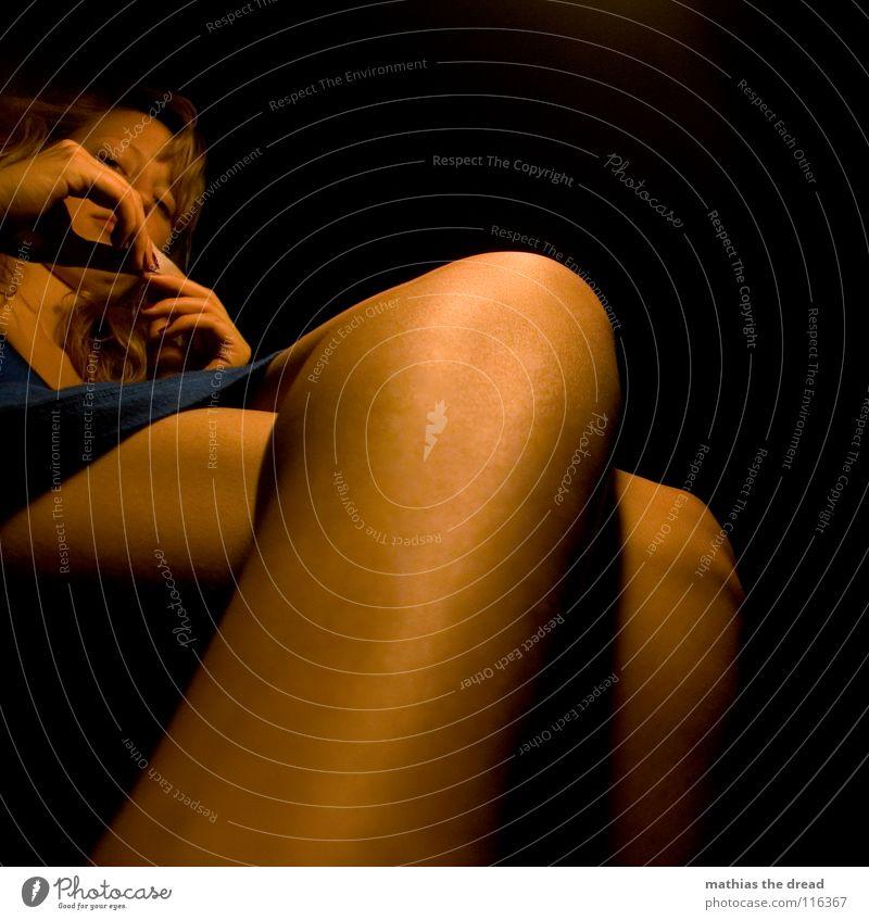 ZIGARETTE Frau Mensch blau Hand schön feminin Leben dunkel Beine orange sitzen Haut warten Brand verrückt Spitze