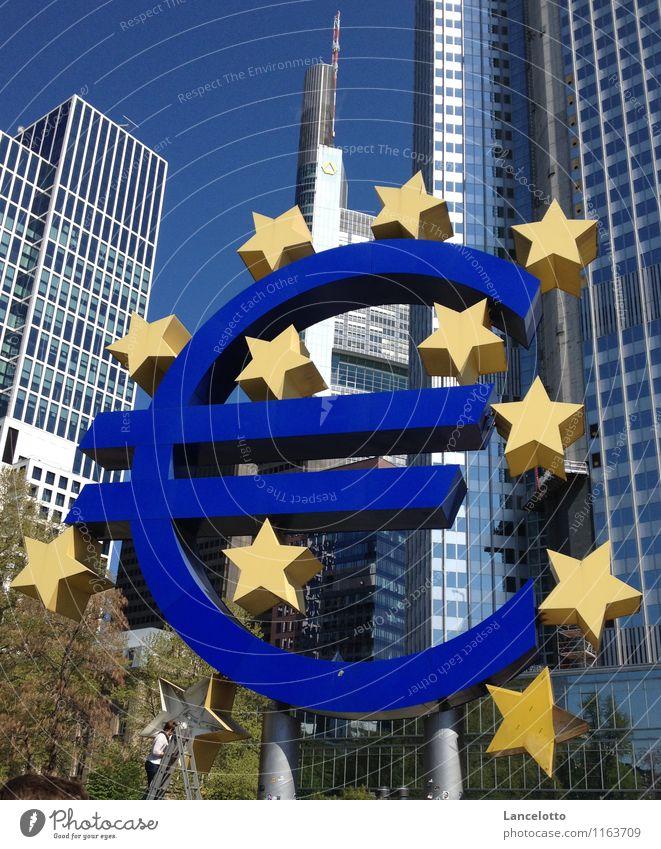 Der Euro schwächelt und muss repariert werden blau Zeichen kaufen historisch Geld Zusammenhalt sparen Schwäche Eurozeichen sparsam