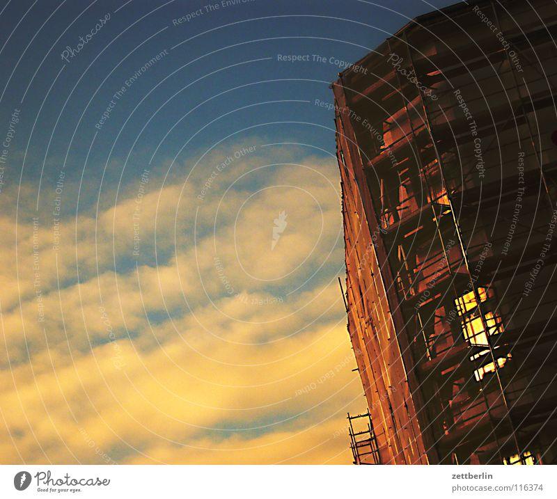 Das neue Jahr Licht Hoffnung Wolken Sonnenuntergang Sonnenaufgang Haus Stadthaus Fassade Baugerüst Baustelle Aufschwung Haushaltsdefizit