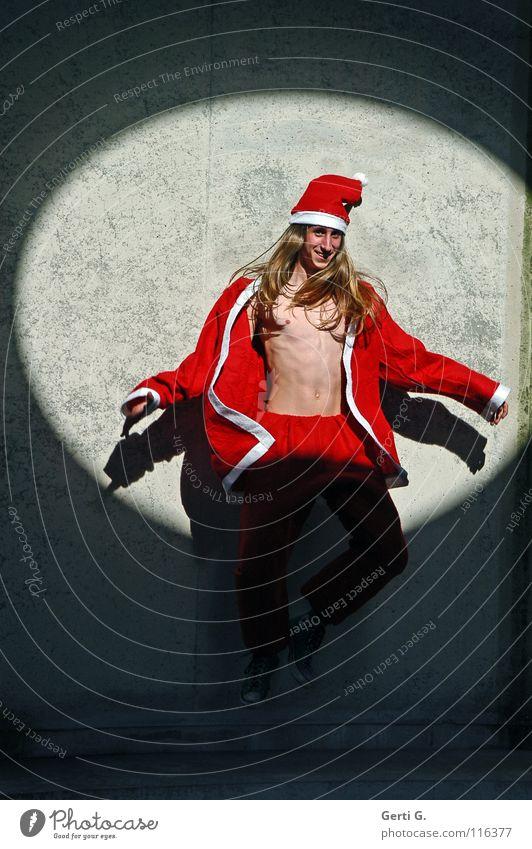 slaphappy Fröhlichkeit springen hüpfen Weihnachtsmann Weihnachten & Advent Oberkörper langhaarig blond Mann Wand Mauer verfallen grau rot weiß Jugendliche