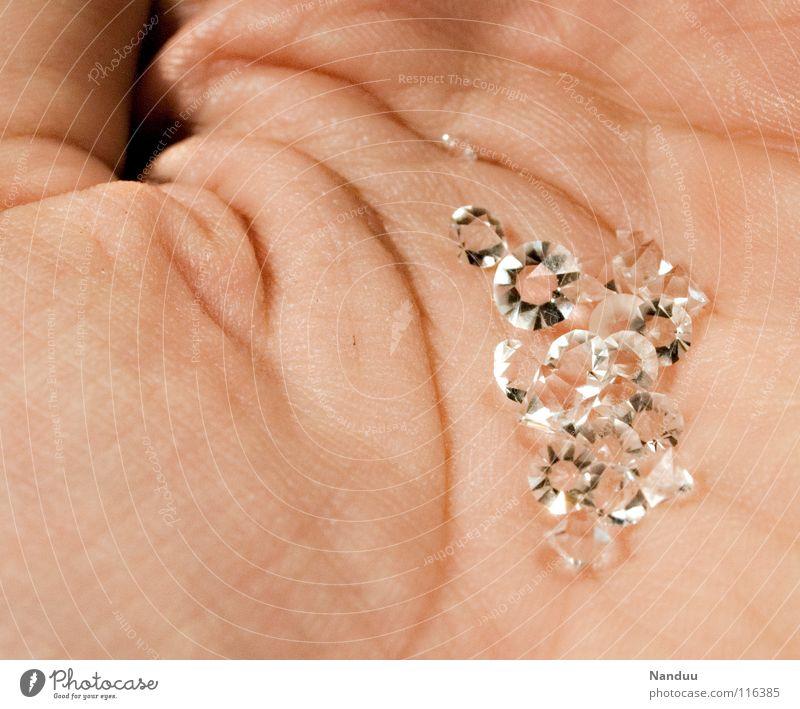 rüber geschmuggelt festhalten Hand Geborgenheit Lebenslinie Edelstein Diamant glänzend Reichtum reich Kapitalismus Kostbarkeit hart Stein Statussymbol protzig