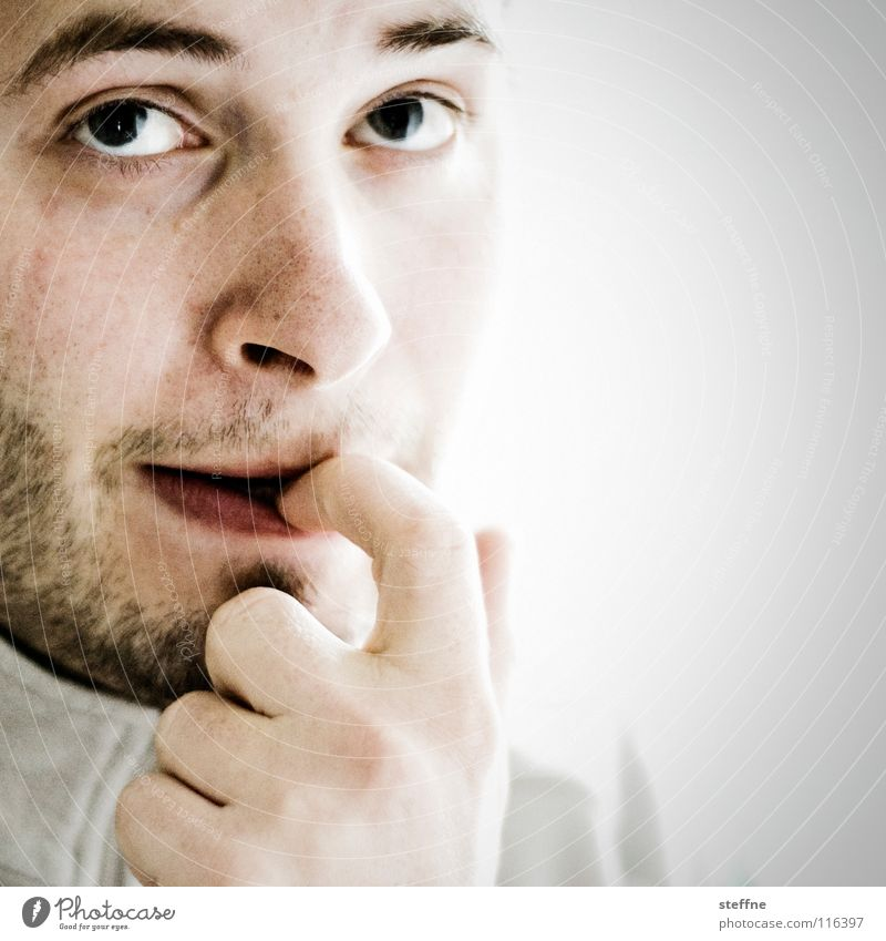 Was wird es bringen Mann Kerl gehorsam böse erstaunt Überraschung Selbstportrait Porträt Bart Lippen ernst Finger Erwartung ungewiss unsicher Denken Nasensekret