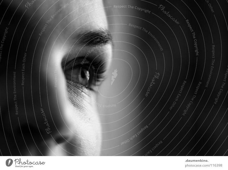 im Augenblick Frau Mensch schön Gesicht Auge Zeit Nase Falte Konzentration Dame Wachsamkeit Momentaufnahme Gegenwart Nervosität Wimpern Augenbraue