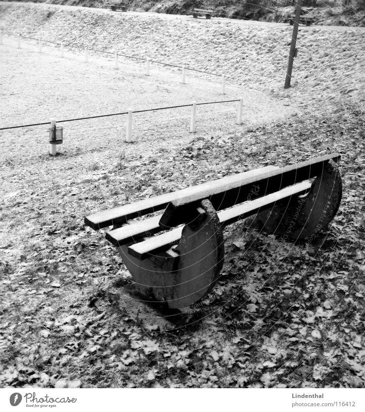 Winterpause Blatt Wiese kalt Schnee Spielen Ecke Bank Geländer Tribüne Sportplatz Papierkorb Seitenlinie