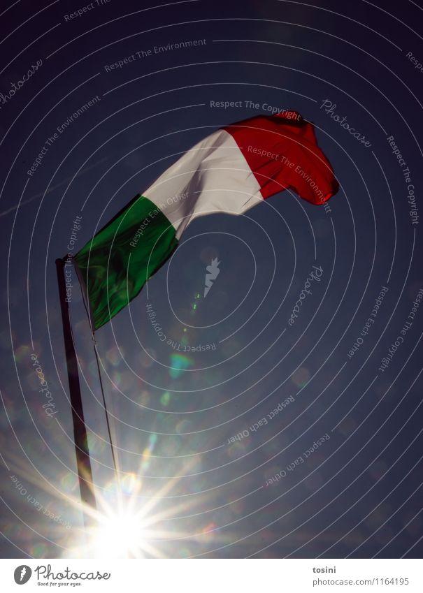 Bella Italia I Zeichen grün rot weiß Fahne Italien Fahnenmast himmelblau Himmel Europa Sommerurlaub Wind wehen Stoff Nationalitäten u. Ethnien Stolz hissen