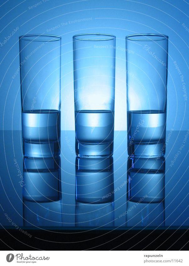 Blaues Glas #03 Longdrink Glätte Ernährung blau Wasser Ausgewogen gleich halbvoll Gegenlicht nebeneinander Spiegelbild Oberfläche glänzend Menschenleer rund