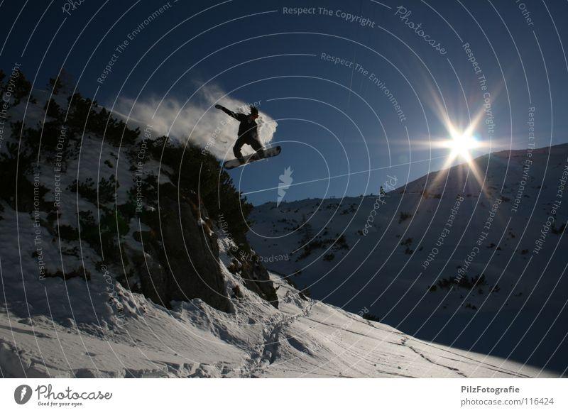 Frei! Winter springen Snowboard Spuren fahren Luft Sonne Sträucher weiß Funsport Extremsport Felsen Schnee Schatten blau felsenspringen Schanze Berge u. Gebirge