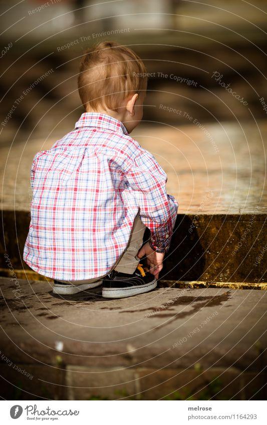 konzentriert Mensch weiß Wasser Erholung rot Gefühle Frühling Junge Spielen Beine braun Kopf Fuß Zufriedenheit Körper Kindheit